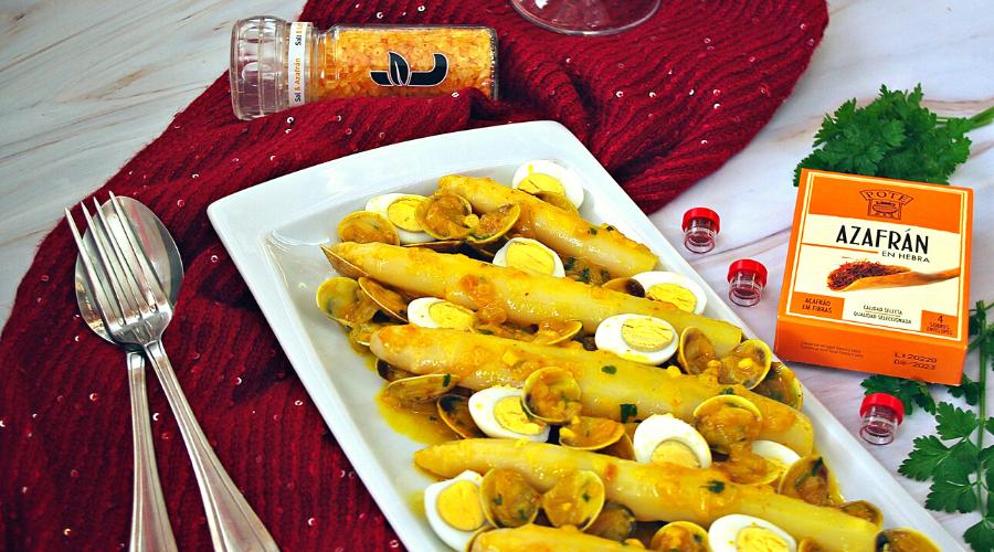imagen del plato de navidad espárragos en salsa de azafrán con chirlas y huevos de codorniz